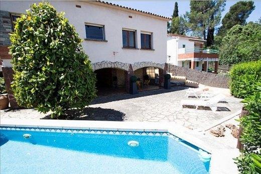 Villa dalia 3 slaapkamers costa brava ref 5026 aqui villas - Woonkamer ontkenning ...